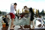 Bataille d'eau géante dans une fontaine de Moscou