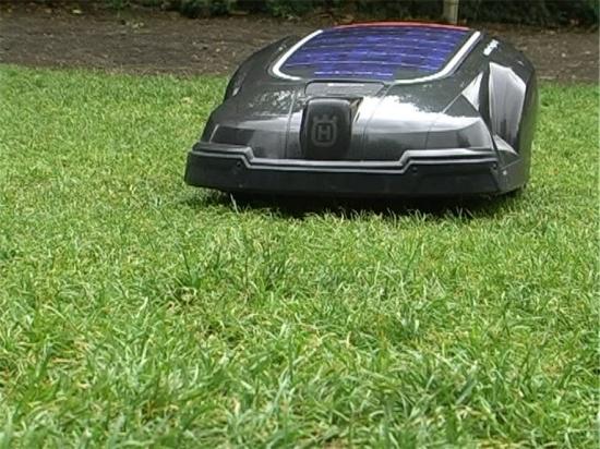 La vid o le robot tondeuse solaire pour tondre sans - Tondre la pelouse sans ramasser ...